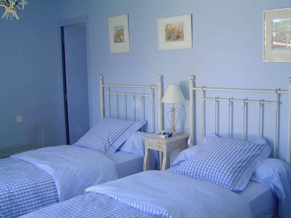 Chambre bleue id es de d coration et de mobilier pour la for Chambre bleu